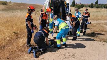 El simulacro ha consistido en la caída de un ciclista en una zona de campo de difícil acceso