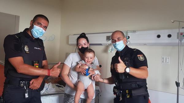 Uno de los policías realizó la maniobra de Heimlich hasta que el menor empezó a llorar