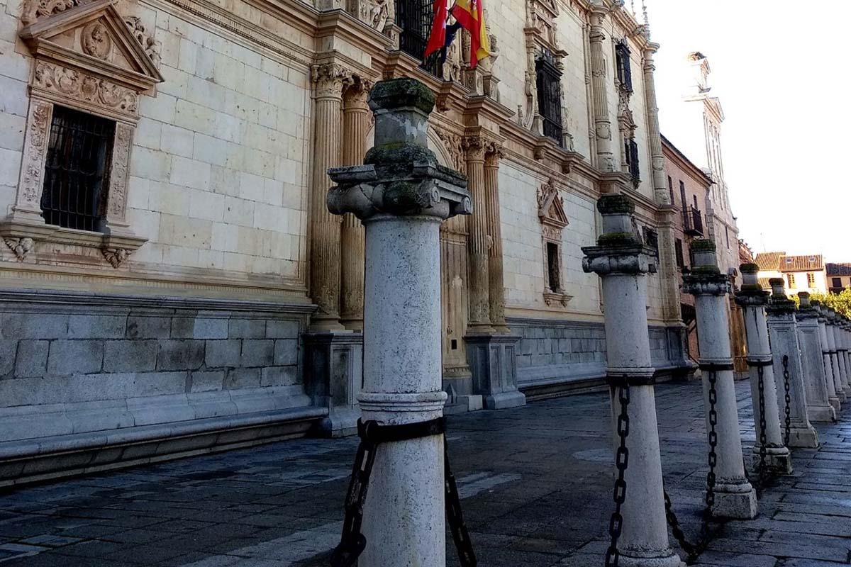 Se rehabilitarán las columnas que enmarcan la entrada del edificio