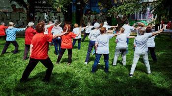 Las actividades al aire libre pretenden que los ancianos recuperen movilidad tras su encierro