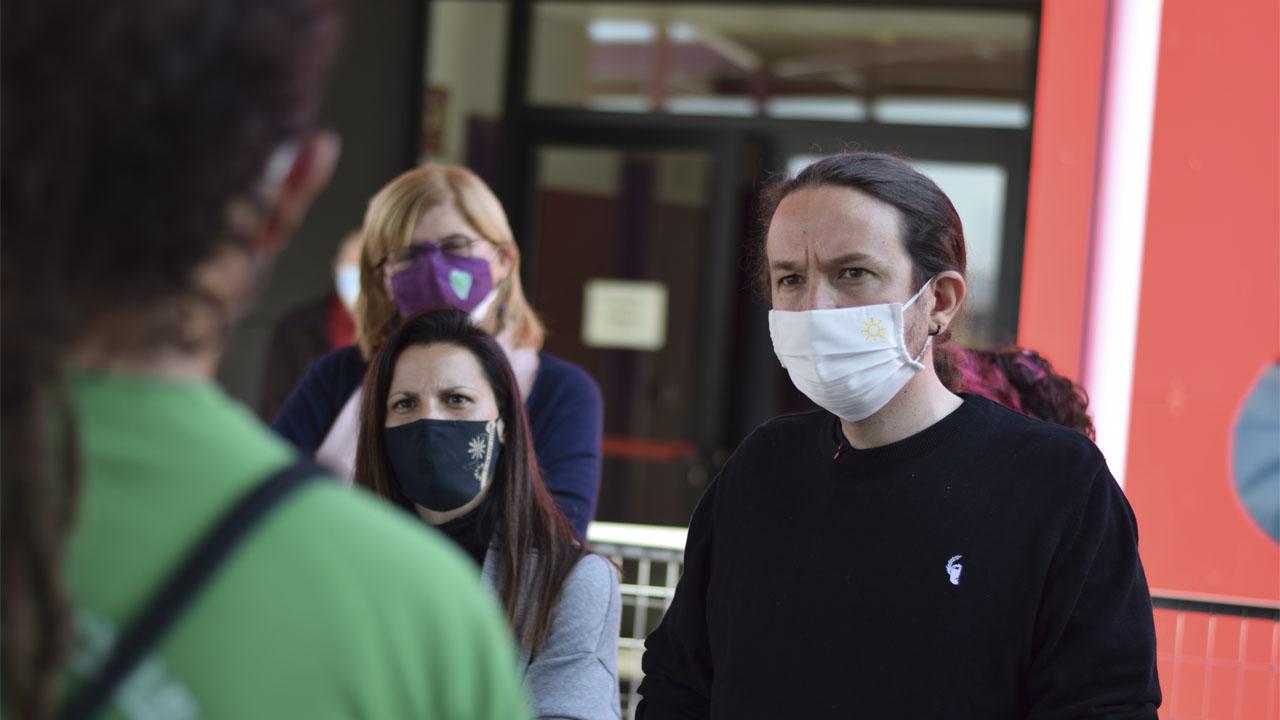 El candidato de Unidas Podemos ha atendido las quejas del AMPA del centro público contra la Comunidad de Madrid