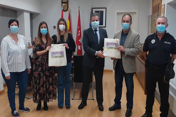 El ayuntamiento entrega de un kit de agradecimiento a quienes cuidan de estas mujeres y sus hijos e hijas