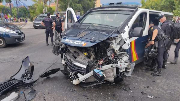 Un furgón de policía ha quedado completamente destrozado