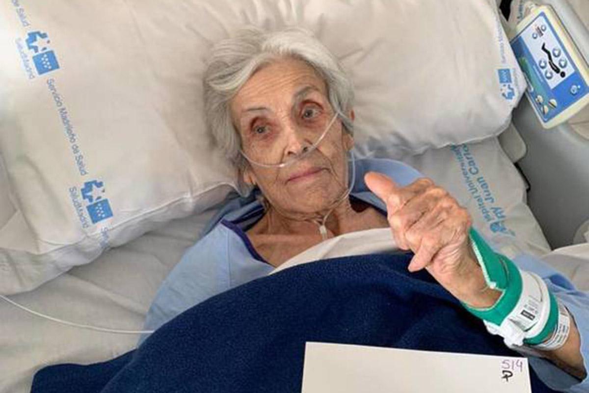 Ha superado la enfermedad sin necesidad de ser intubada, y se ha despedido de los sanitarios con especial cariño