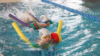 Los niños deben familiarizarse con la piscina desde muy pequeños