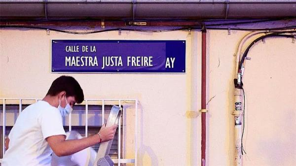 Algunas han aparecido tapadas con spray y otras han sido sustituidas con pegatinas con el nombre de la maestra republicana Justa Freire