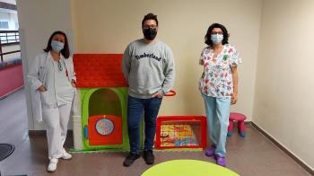 El director de la revista, Agustín Puig, ha querido donar juguetes personalmente