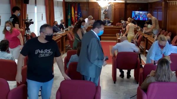 Ante la negativa del alcalde de responder a sus preguntas, los partidos de la oposición han abandonado la sala