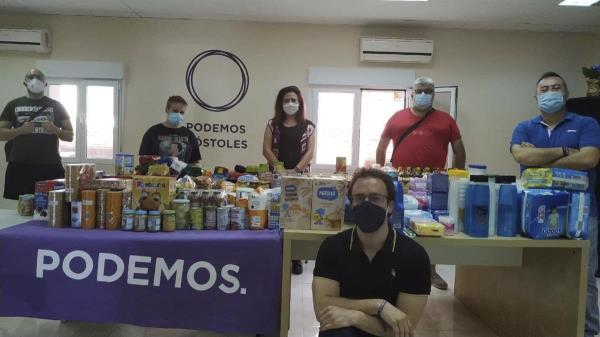 Mediante la recogida de diversos enseres y alimentos para enviarlos a La Palma