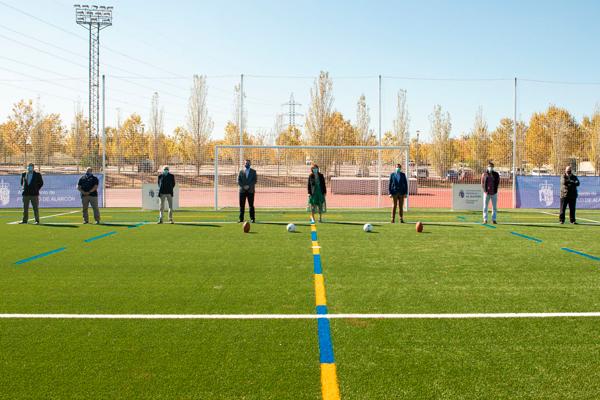 La instalación cuenta con una renovada pista de atletismo y un nuevo césped artificial