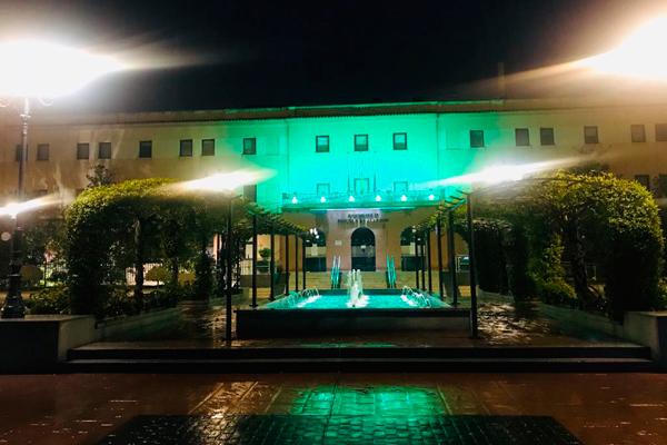 El consistorio ha iluminado con ese color la fachada del Ayuntamiento