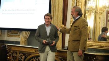 """El alcalde de Madrid ha recibido el galardón """"por el apoyo que el Ayuntamiento ha realizado al sector durante los últimos años""""."""