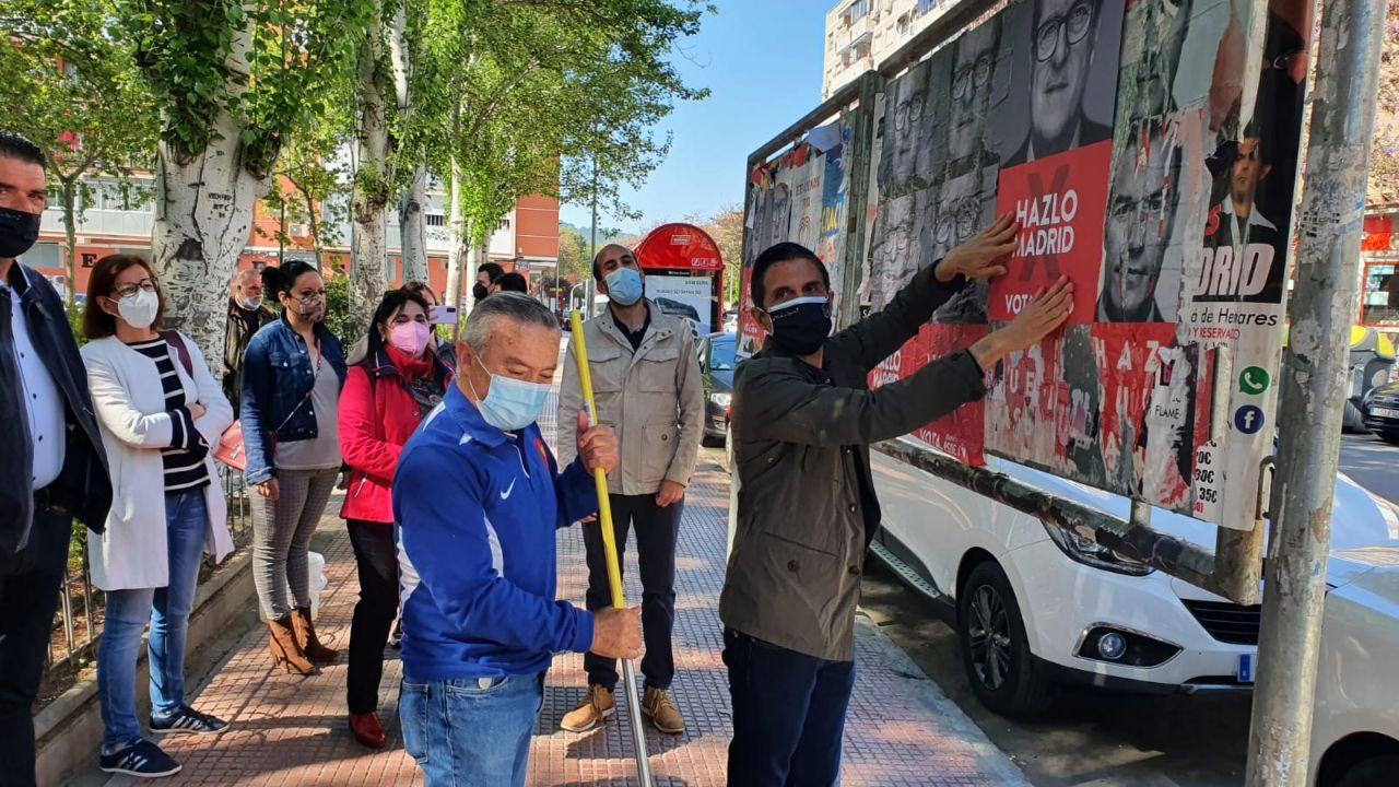Los socialistas complutenses simbolizaron el inicio con la tradicional pegada de carteles