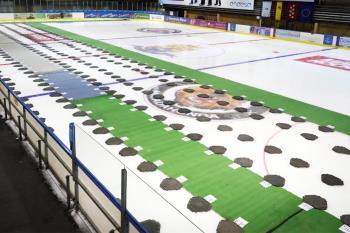 La pista de patinaje del centro comercial sirvió como morgue provisional para fallecidos por COVID-19