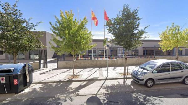 Los vecinos recogen firmas por la gestión pública de la Escuela Infantil de Buenavista en Getafe