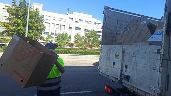 El servicio de recogida de cartón para establecimientos comerciales se realiza todas las tardes en una franja horaria que va desde las 20 horas hasta las 22 horas