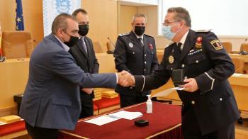 Los reconocimientos han sido entregados al Intendente Jefe de la Policía Local de  Coslada y al Inspector de dicho cuerpo.