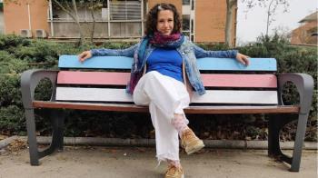 El Ayuntamiento de Leganés ha pintado un banco con los colores de la bandera Trans