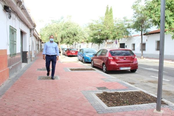 Luce un nuevo acerado, paso de peatones, reductores de velocidad y, el próximo otoño, con 10 nuevos árboles