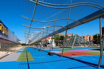 Lee toda la noticia 'Renovada la plaza frente al centro comercial La Rambla '