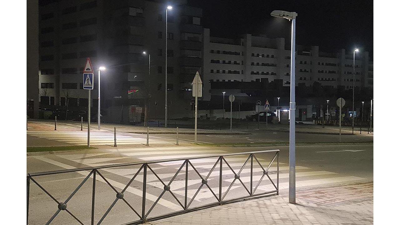 La ciudad ya cuenta con 100 postes de iluminación que refuerzan la seguridad vial y el gasto energético pasa de 300 a 70 vatios por luminaria