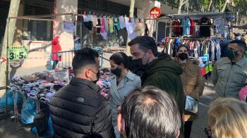 La candidata de Vox a la Comunidad de Madrid muestra su apoyo a la venta ambulante con su presencia