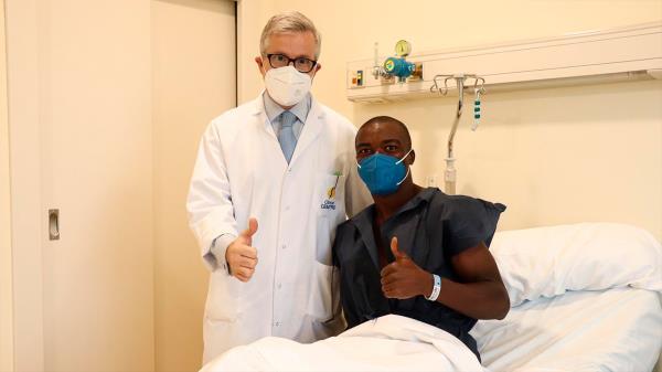 Sabit Abdulai, operado con éxito de la rodilla