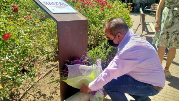 Ha tenido lugar una ofrenda floral en el monolito dedicado a su recuerdo.