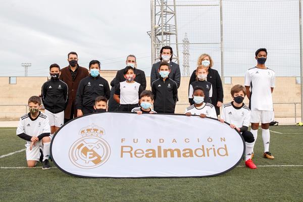 Santiago Solari visita a los niños y niñas de la Escuela del Real Madrid en Sanfer