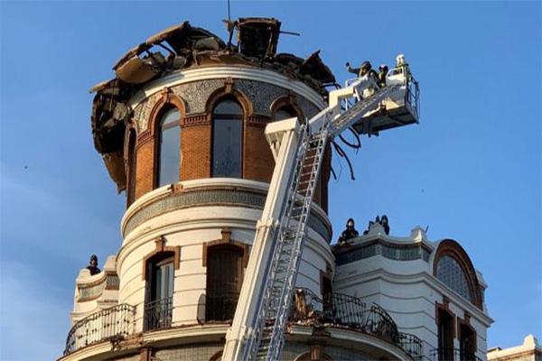 El derrumbe no causa heridos pero sí daños en balcones y coches
