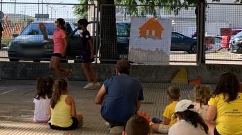 Los niños y niñas de 3 a 12 años que  han tomado parte en ella recibieron la visita del  concejal de Educación, Iván López Marina