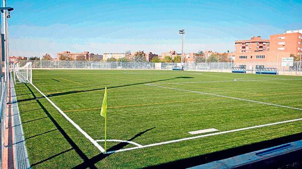 Se sustituirá el césped artificial de algunos campos de fútbol, instalarán porterías antivuelco, gradas y mejorarán la tarima de los pabellones