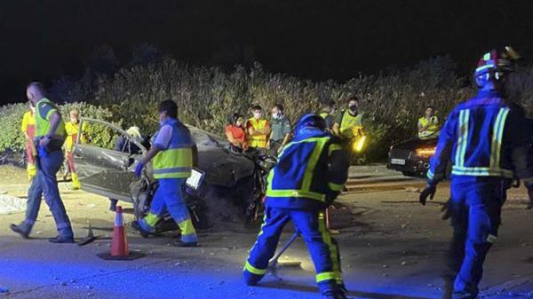 El varón se chocó frontalmente en una de las rotondas quedando atrapado en su vehículo