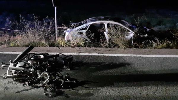 Un vehículo y una moto tienen un choque frontal provocando una fuerte explosión