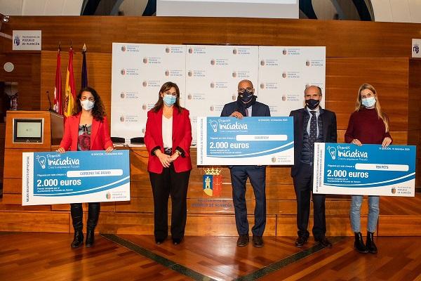 La alcaldesa ha entregado los cheques a los premiados en Premios Iniciativa