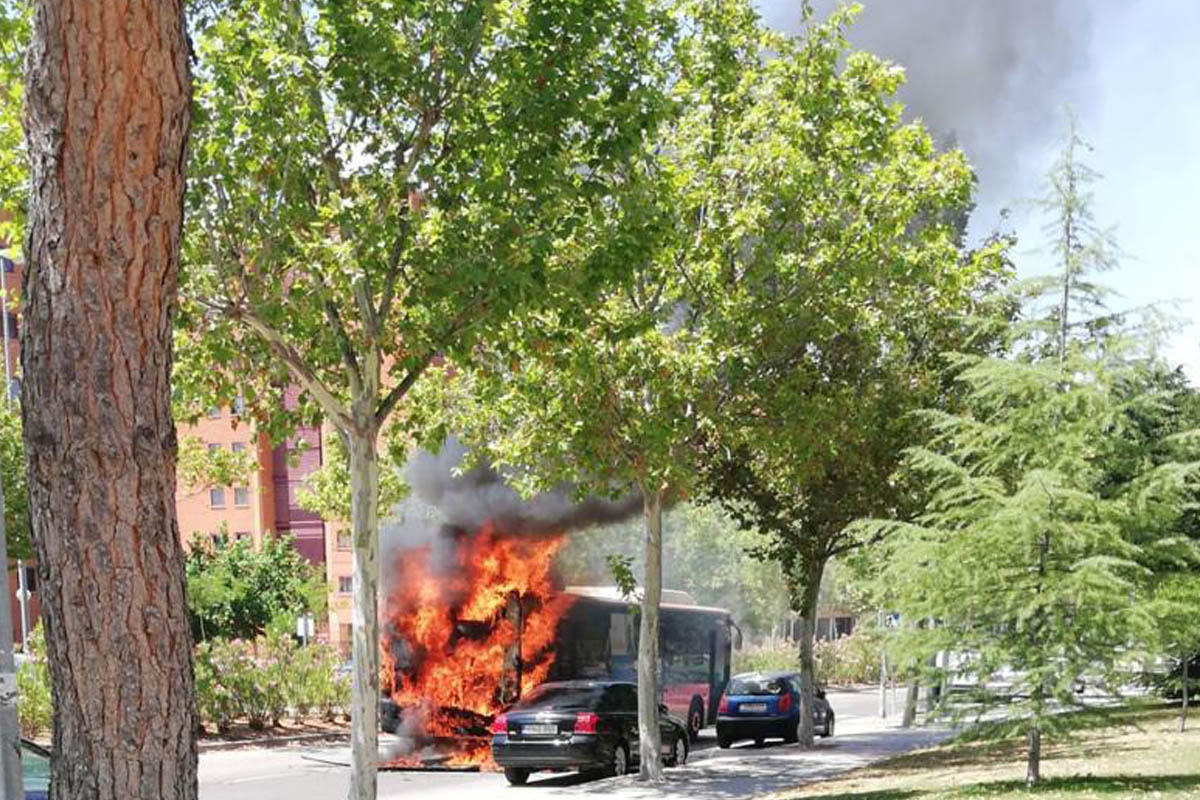 Dos dotaciones de los Bomberos de Fuenlabrada extinguieron el fuego que se originó en la zona del motor