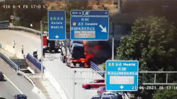 Un camión se incendia en plena A-4 en la altura de Getafe