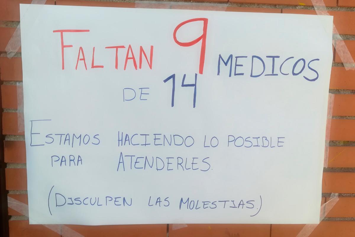 Un cartel pegado en la pared del centro sanitario explica la situación a los pacientes que esperan en la puerta