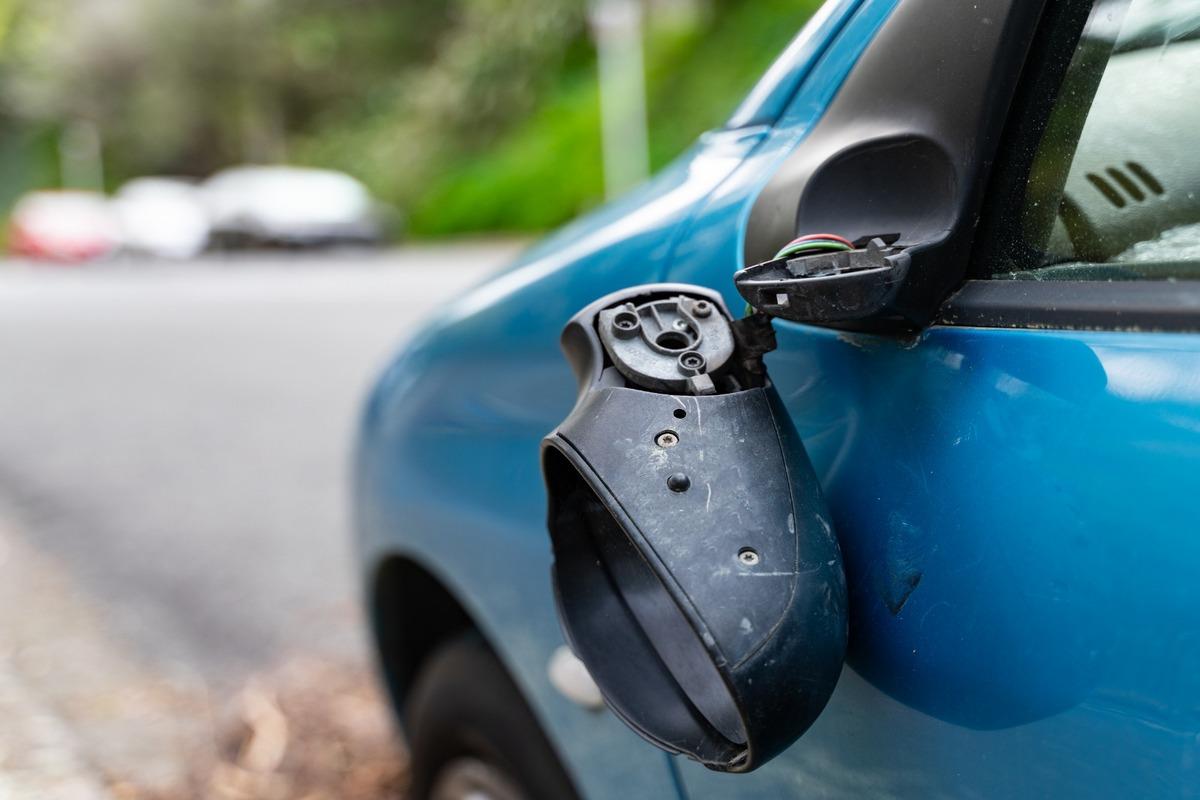 La ira del varón de 37 años fue golpear a los coches aparcados en el descampado del Parque de la Marina