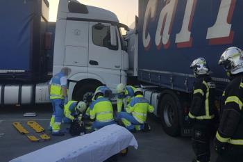 El camión no ha accionado correctamente el freno y el conductor ha terminado atrapado entre dos camiones