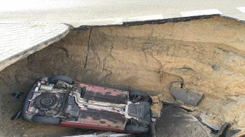 El varón se precipitó con su vehículo en un agujero de 3 metros de diámetro a la entrada de una rotonda
