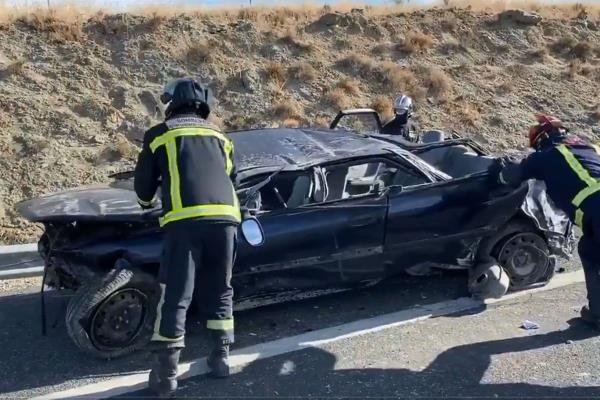 Un hombre queda atrapado en su coche en un accidente de tráfico