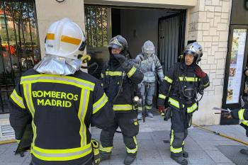 Los bomberos han rescatado a una persona que estaba atrapada en el ascensor.