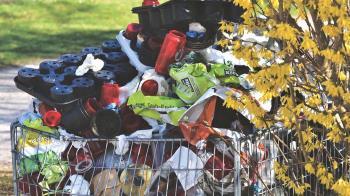 La organización Henaresxelclima denuncia las cantidades ingentes de residuos que hay en el parque de los Cerros