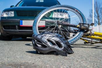 La mujer pasaba con su bicicleta por un paso de peatones regulado por semáforo cuando el vehículo la golpeó