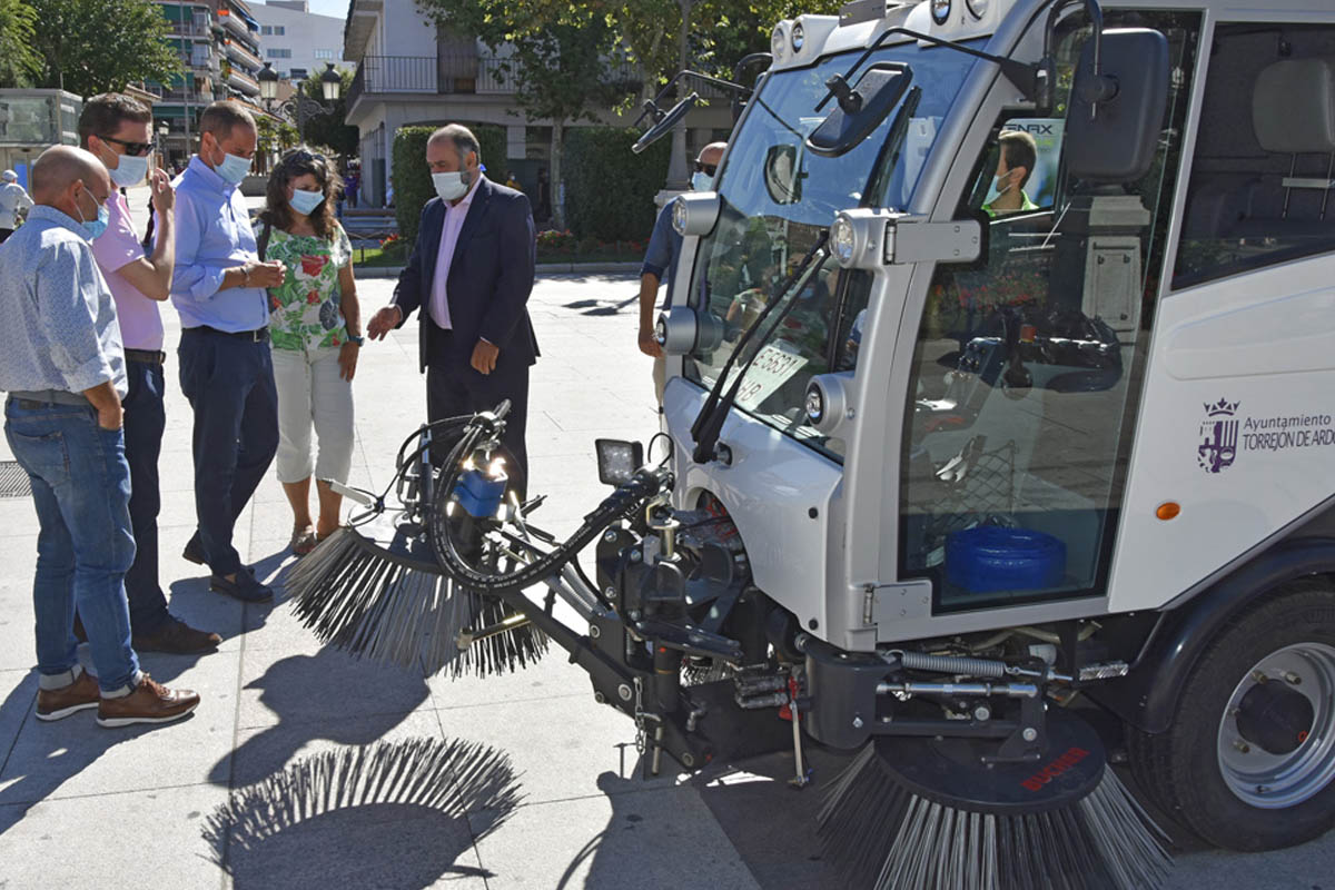 El equipo municipal de limpieza incorpora esta barredora de 'cero emisiones' con la que conseguirán evitar al año 26 toneladas de CO2