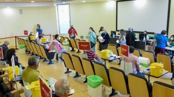 A este grupo de población se le administrará la vacuna en el Hospital Universitario de Torrejón de Ardoz, cuyo Salón de Actos se ha reconvertido para garantizar la seguridad de todos los pacientes
