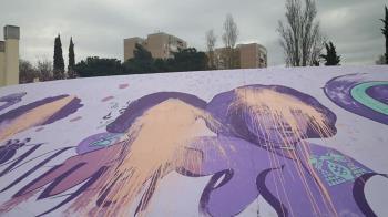 El mural de la plaza de Azaña ha amanecido lleno de pintura