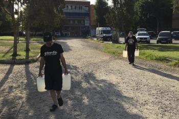 42 garrafas de agua han llevado al Parque de las Cruces para regar los árboles, donde reclaman la falta de mantenimiento por segundo año