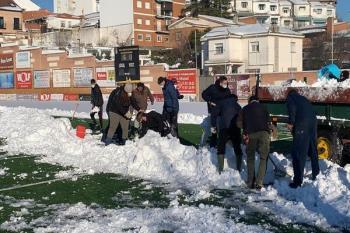 Ayudan con la retirada de hielo y nieve de los campos de césped de los equipos de Segunda B